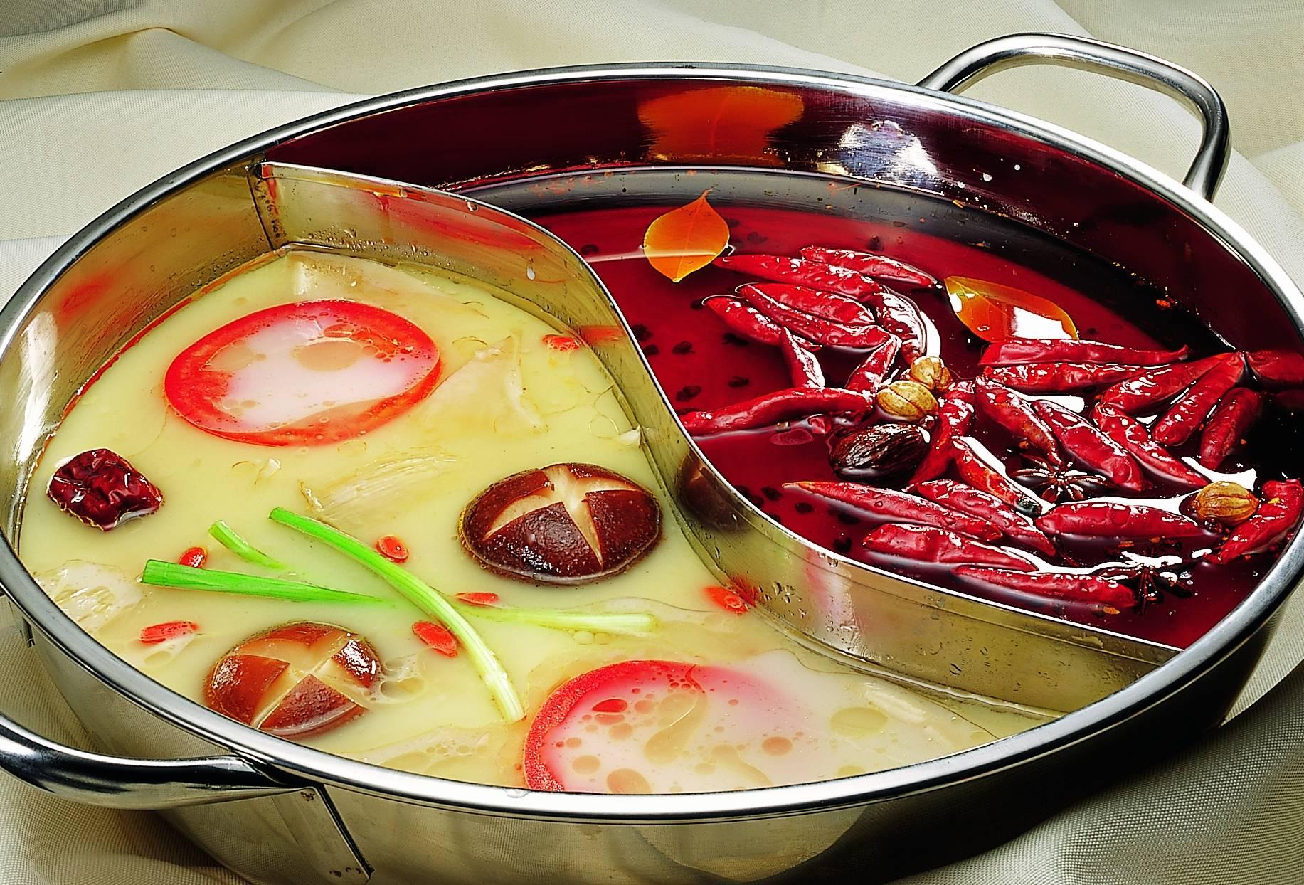 回转火锅中红汤与白汤的较量。